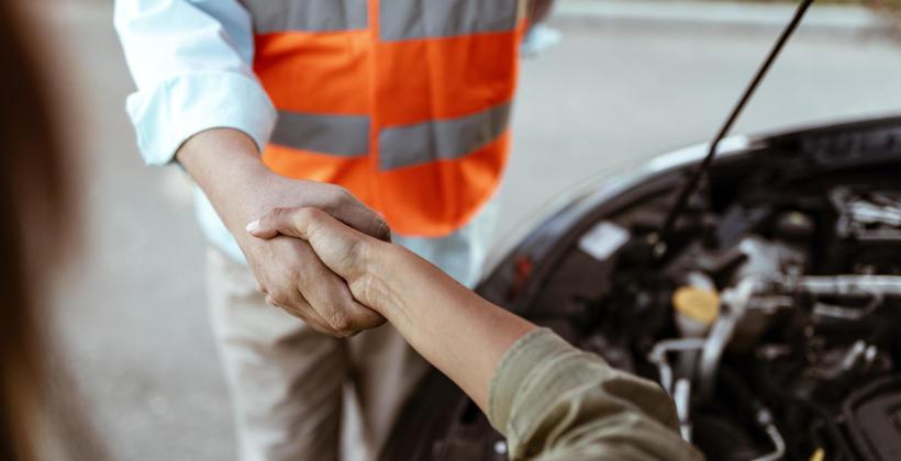 Jakie wymogi techniczne powinna spełniać firma świadcząca usługi pomocy drogowej?