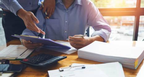 Czym jest faktoring i kiedy opłaca się z niego skorzystać?