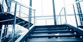Dlaczego warto zdecydować się na schody stalowe