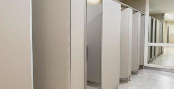 Zalety kabin sanitarnych z płyt HPL