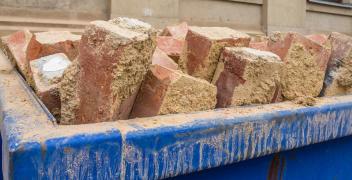 W jaki sposób pozbyć się odpadów budowlanych