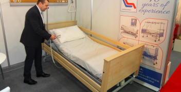 Ułożenie ciała pacjenta na łóżku medycznym w pozycji Trendelenburga