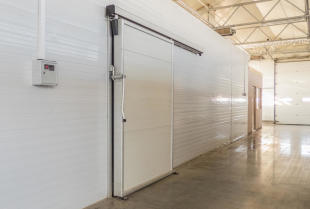 Rodzaje i konstrukcja profesjonalnych drzwi do chłodni i mroźni