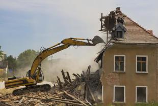 Jak pozbyć się starego lub niechcianego budynku z działki?