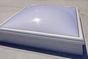 Zalety świetlików dachowych wykonanych z poliwęglanu