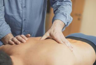 Kiedy wybrać masaż u fizjoterapeuty zamiast u masażysty?