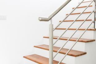 Montaż wewnętrznej balustrady na schodach żelbetowych
