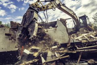 Rozbiórka i wyburzenia powinny być przekazywane w ręce odpowiednich firm budowlanych.