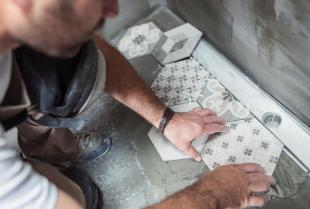 Jak prawidłowo układać płytki ceramiczne?