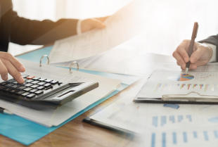 Co jest korzystniejsze: zatrudnienie księgowej, czy współpraca z biurem rachunkowym?