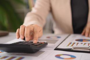 Biuro rachunkowe czy własna księgowa? Porównanie obu rozwiązań.