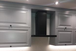 Wysoka zabudowa kuchenna - szafki kuchenne pod sam sufit jako doskonały pomysł na aranżację kuchni