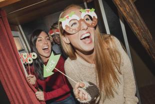 Na jakie imprezy warto wynająć budkę zdjęciową?