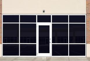 Oklejanie okien i witryn sklepowych w MARGLASS to ochrona przed słońcem i więcej prywatności