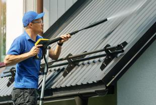 Mycie dachu - na czym polega i kiedy jest konieczne?