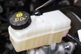Wymiana płynów eksploatacyjnych w warsztacie samochodowym Top-Moto