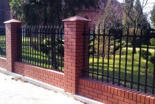 Płytka imitująca klinkier czy kamień? Jaki materiał na ogrodzenie polecają fachowcy z firmy P.P.U.H.Musik Maciej?