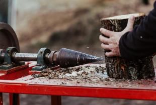 Łuparka do drewna – na co zwrócić uwagę przed jej zakupem?