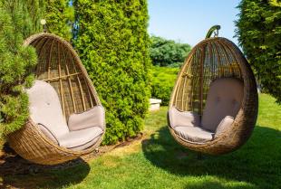 Wyjątkowa aranżacja ogrodu z wyrobami wiklinowymi Anny Wragi
