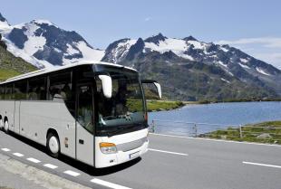 Jakie warunki musi spełnić firma, aby przewozić osoby busem w kraju i za granicę?