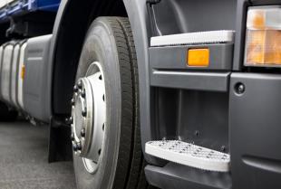 Naprawy opon ciężarowych na zimno i gorąco z Lkw Serwis Samochodów Ciężarowych