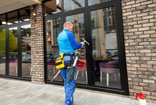 Specjalistyczne mycie okien i innych powierzchni szklanych