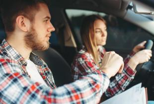 Dlaczego warto zdobyć prawo jazdy – powody, które sprawią, że wsiądziesz za kierownicę
