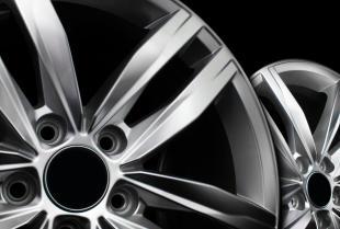 """Popularne rodzaje oraz podstawowe parametry felg samochodowych – czym różnią się od siebie felgi stalowe i """"alusy""""?"""