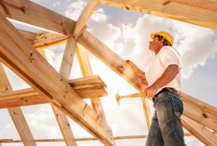 Więźba dachowa – z jakich elementów się składa i komu zlecić jej wykonanie?