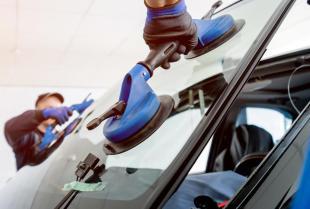 Jak naprawić uszkodzoną szybę samochodową?