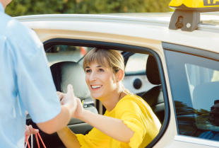 Kiedy warto skorzystać z usług firm taksówkarskich i co dokładnie one oferują?