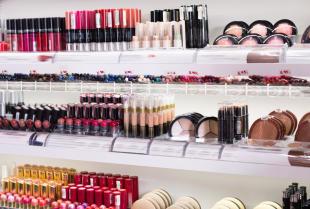 Na czym polega konfekcjonowanie kosmetyków?