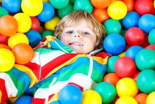 Zabawa, terapia i rehabilitacja – szerokie zastosowanie suchych basenów dla dzieci