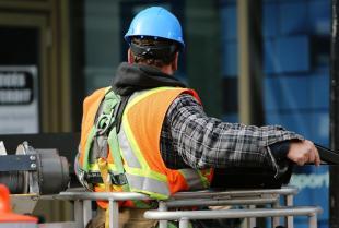 Jaką odzież roboczą wybrać dla pracownika fizycznego?