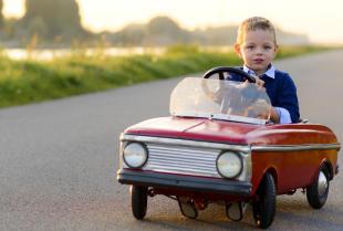 Auto na akumulator – najlepszy prezent dla dziecka z okazji roczku!