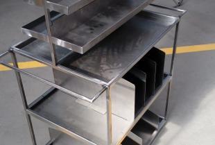 Meble metalowe na zamówienie – co oferują renomowani producenci?