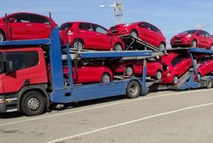 Czym wyróżniają się najlepsze firmy międzynarodowego transportu samochodów?