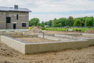 O czym należy pamiętać przed i w trakcie budowy fundamentów?