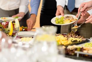 Jak wybrać catering na bankiet firmowy?
