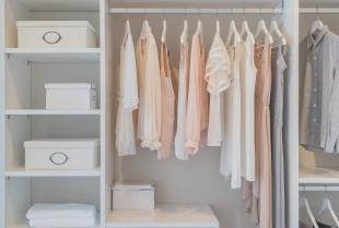 Szafy i garderoby. Jak zyskać miejsce do przechowywania?