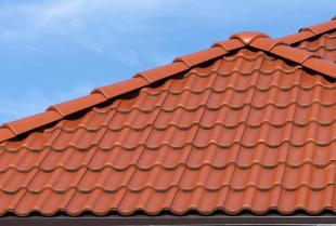 Optymalizuj koszty budowy domu dzięki odpowiedniej konstrukcji dachowej!