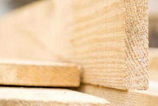 Czym jest i jakie zastosowanie ma tarcica budowlana?