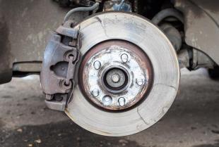 Jakie części zamienne do układów hamulcowych oferują hurtownie motoryzacyjne?