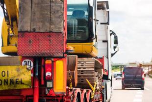 Jak firma transportowa może być pomocna w budownictwie?