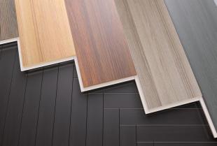 Jak sprawnie odnowić drewnianą podłogę?
