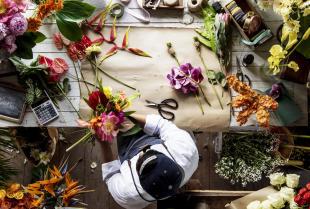 Kwiaty w najsmutniejszej służbie – florystyka funeralna