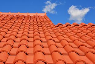 Jakie pokrycie dachu wybrać i czym się ono charakteryzuje?