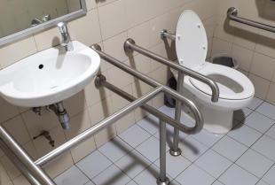 Jak przystosować łazienkę do potrzeb osoby niepełnosprawnej?