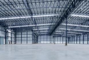 Czy warto zdecydować się na budowę hali o konstrukcji stalowej?