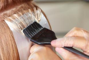 Nowoczesna koloryzacja włosów. Jakie techniki stosują obecnie profesjonalni styliści fryzur?